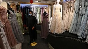 Ismail Kale trabaja en su tienda de vestidos de fiesta en Blackburn, en el noroeste de Inglaterra, el 15 de julio de 2020
