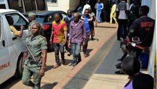 Des hommes arrêtés en lien avec la crise anglophone au Cameroun devant le tribunal militaire de Yaoundé, au Cameroun, le 14 décembre 2018.