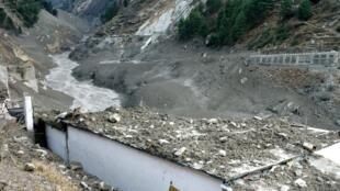 La ciudad Raini Chak Lata, en el estado indio de Uttarakhand, sufrió graves daños después del avanlancha desatado por un glaciar del Himalaya este 7 de febrero de 2021.