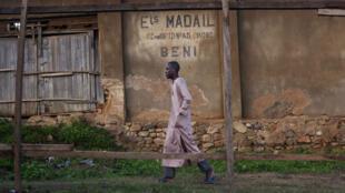 Un homme passe devant une école coranique à Beni, en avril 2016.