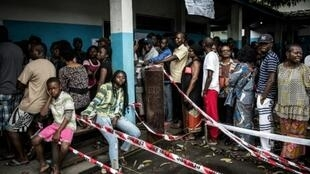 ناخبون أمام مركز اقتراع في كينشاسا ، 30 ديسمبر/كانون الأول 2018