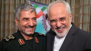 El comandante de la Guardia Revolucionaria Islámica (CGRI) Mohammad Ali Jafari y el ministro de Relaciones Exteriores de Irán, Mohammad Javad Zarif, sonríen durante una reunión de coordinación para el 40 aniversario de la Revolución Islámica, en Teherán, Irán 9 de octubre de 2017.
