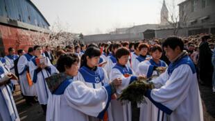 Feligreses en el pueblo de Youtong, provincia de Hebei, China, se preparan para la procesión del domingo de Ramos, el pasado 25 de marzo, liderada por la iglesia católica supervisada por el Gobierno chino.