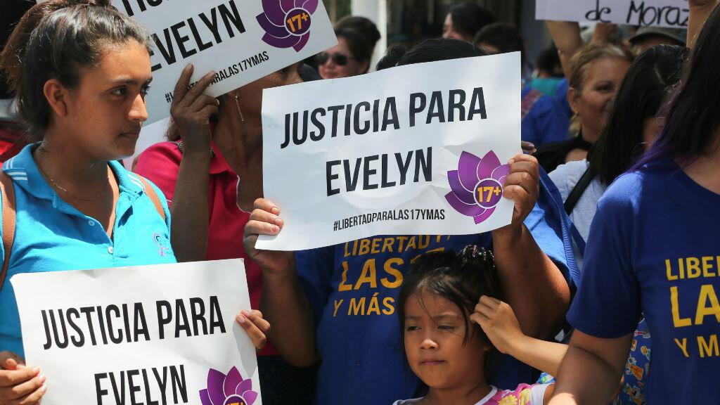 """Un grupo de mujeres sostiene pancartas que dicen: """"Justicia para Evelyn"""" después de que la joven fuera absuelta de una sentencia a 30 años de prisión, el 19 de agosto de 2019."""