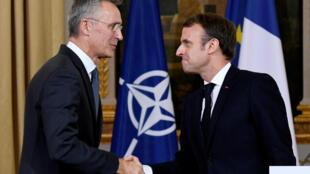 الرئيس الفرنسي إيمانويل ماكرون مستقبلا الأمن العام للحلف الأطلسي ينس ستولتنبرغ، 28 نوفمبر/تشرين الثاني 2019.