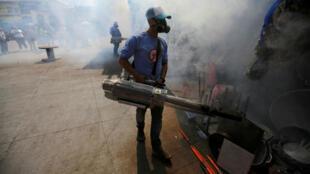 Archivo: Un trabajador municipal fumiga un mercado para prevenir la propagación del dengue y otras enfermedades transmitidas por mosquitos en Tegucigalpa, Honduras, el 25 de julio de 2019.