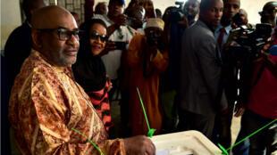 Le président comorien Azali Assoumani vote lors du référendum constitutionnel, le 30 juillet 2018 à Mitsoudje, près de la capitale Moroni.
