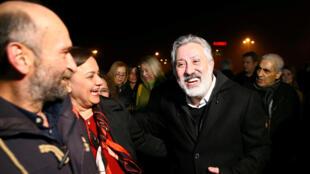 Murat Sabuncu, editor en jefe del periódico Cumhuriyet, es recibido por sus amigos luego de ser liberado de la prisión en Silivri, cerca de Estambul, Turquía , el 10 de marzo de 2018.