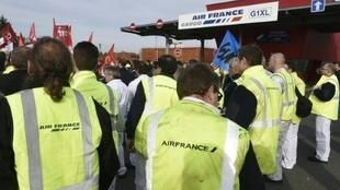 Manifestation de salariés d'Air France contre les mises en garde à vue, le 12 octobre 2015 à Roissy-en-France.
