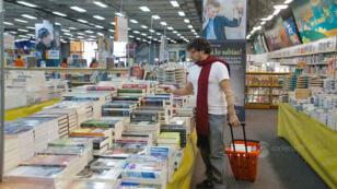 Imagen de un lector entre los pasillos de la Feria Internacional del Libro de Bogotá (FILBo), en Colombia, durante la edición 2018.