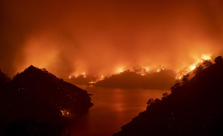 Llamas del complejo de incendios LNU Lightning en Napa, California, el 19 de agosto