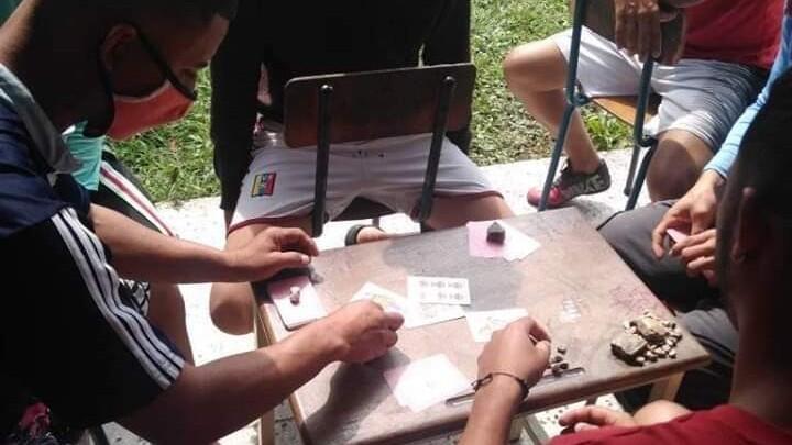 Varios venezolanos pasan el tiempo en uno de los albergues fronterizos destinado a acoger a los retornados al país.