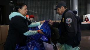 Un empleado de la Administración de Seguridad del Transporte mientras recibía una donación en un centro de distribución de alimentos para los trabajadores federales afectados por el cierre del Gobierno, en el distrito de Brooklyn, Nueva York, Estados Unidos, el 22 de enero de 2019.