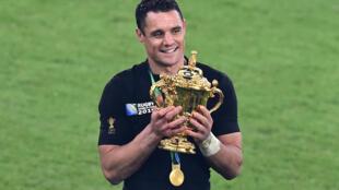 L'ouvreur des All Blacks Dan Carter avec le trophée du Mondial-2015, à l'issue de la finale remportée contre l'Australie, à Twickenham, le 31 octobre