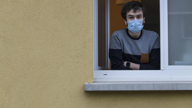 Médecin à Mulhouse et infecté par le Covid-19, Jonathan Peterschmitt est à la fenêtre de son cabinet à Bernwiller, en Alsace, le 4 mars 2020.
