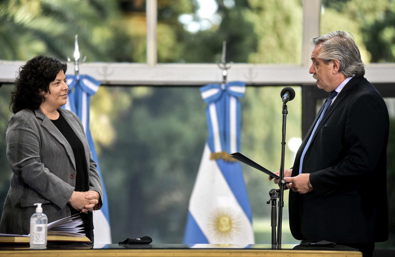 El presidente de Argentina, Alberto Fernández, toma el juramento de Carla Vizzotti como nueva ministra de Sanidad, el 20 de febrero de 2021 en Buenos Aires