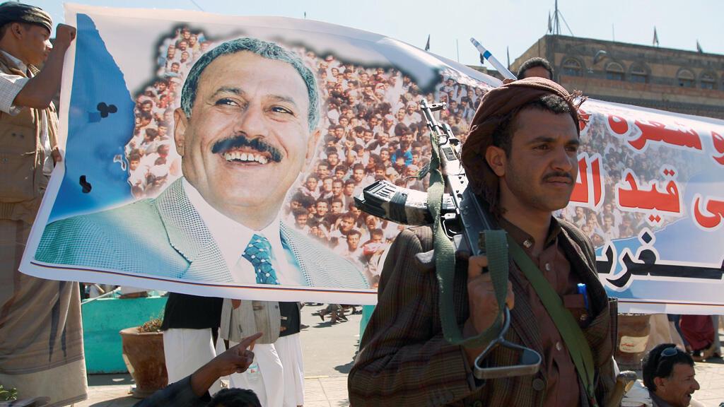 Un portrait de l'ancien président du Yémen Ali Abdallah Saleh, brandi par un manifestant, le 7 novembre à Sanaa.