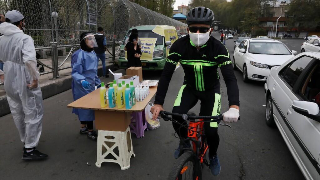 Un ciclista con tapabocas circula en la ciudad e Teherán, en Irán, durante un desplazamiento habitual en la capital del país. 16 de abril de 2020.
