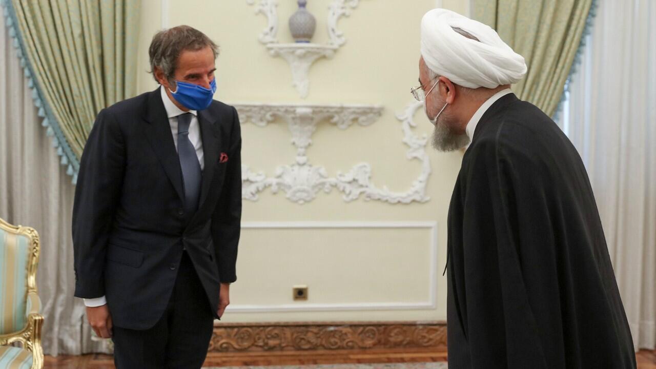 El director general de la Organización Internacional de Energía Atómica, Rafael Grossi, se reúne con el presidente iraní, Hassan Rouhani, en Teherán, Irán, el 26 de agosto de 2020.