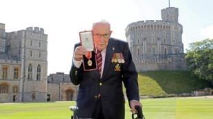 El capitán Tom Moore, posa con la medalla que lo acredita como 'Sir', nombrado por la reina Isabel II.