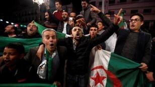 جزائريون يحتفلون في الشارع بعد استقالة الرئيس عبد العزيز بوتفليقة 2 مارس/آذار 2019