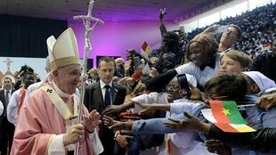 البابا فرنسيس أثناء القداس الإلهي بملعب مولاي عبد الله الرياضي في الرباط، 31 مارس/آذار 2019.