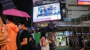 مارة في احد شوارع هونغ كونغ في 21 ايار/مايو 2020