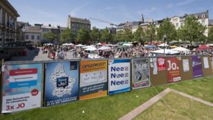 Affiches de la campagne pour le référendum sur le droit de vote des étrangers, le 7 juin à Luxembourg.