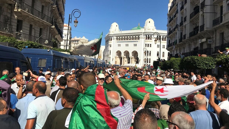 الجزائريون يجددون رفضهم إجراء الانتخابات الرئاسية في الجمعة 33 من الحراك الشعبي
