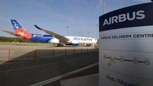 """Airbus a appelé à une """"solution négociée"""" dans ce conflit vieux de 15 ans qui l'oppose à l'Américain Boeing."""