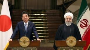 الرئيس الإيراني حسن روحاني ورئيس الوزراء الياباني شينزو آبي خلال مؤتمر صحافي في طهران، الأربعاء 12 حزيران/يونيو 2019