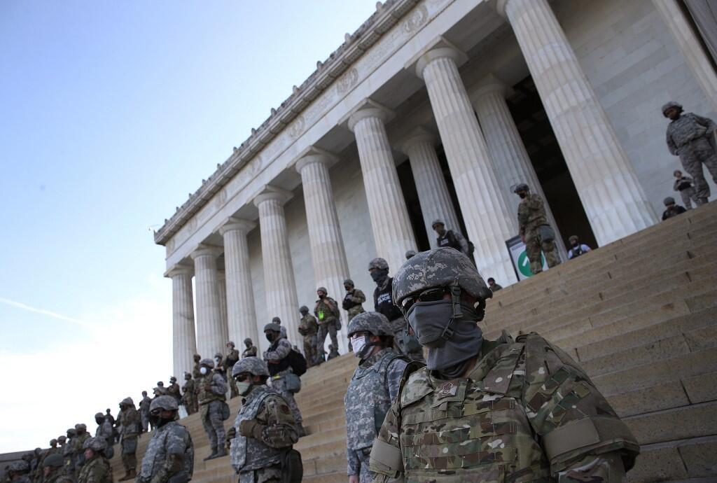 Miembros de la Guardia Nacional de Estados Unidos vigilan en los escalones del Lincoln Center en Washington DC durante una manifestación por la muerte de George Floyd a manos de la policía.