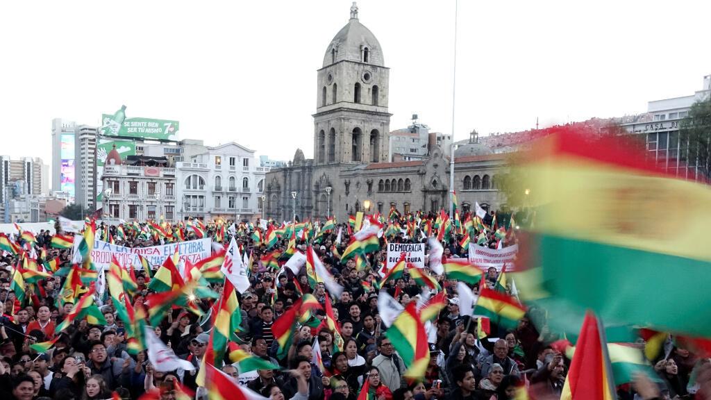 Las organizaciones sociales asisten a un consejo municipal para defender el referéndum destinado a bloquear la reelección de Evo Morales, en La Paz, Bolivia, 10 de octubre de 2019.