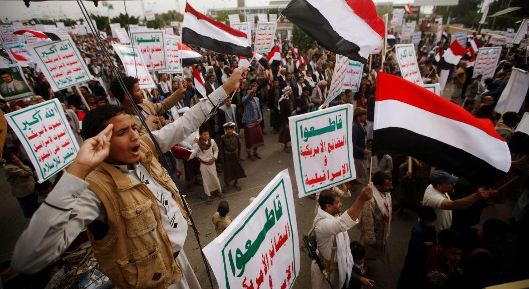 Simpatizantes hutíes se manifiestan para denunciar un bloqueo impuesto por la coalición de Arabia Saudita,a las afueras del aeropuerto de Saná, Yemen, el 9 de agosto de 2019.