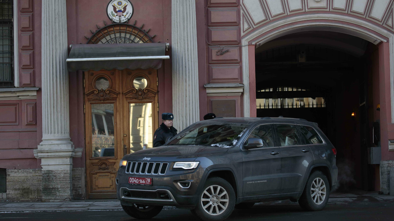 Un automóvil sale del Consulado General de los EE. UU. en San Petersburgo, Rusia, el 30 de marzo de 2018.