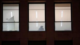 Un hombre que podría ser el destituido presidente catalán Carles Puigdemont en la oficina de la fiscalía de Bruselas, Bélgica. 5 de noviembre de 2017