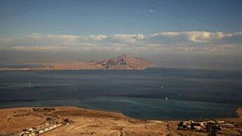 جزيرة تيران وخلفها صنافير