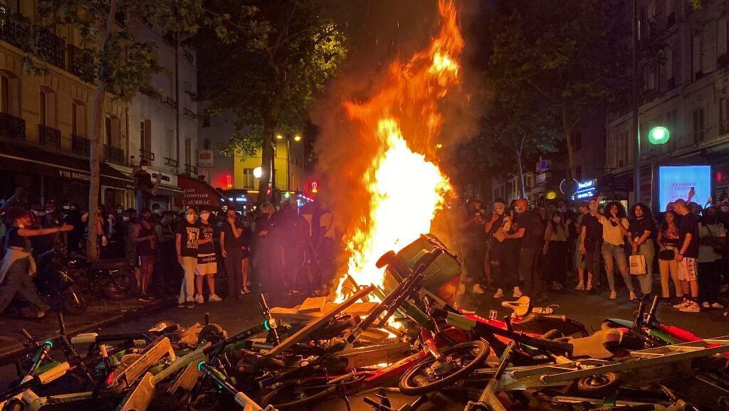 Algunos manifestantes quemaron contenedores de basura, después de una manifestación contra la violencia policial y en memoria del fallecido ciudadano estadounidense George Floyd, en París, Francia, el 2 de junio de 2020.