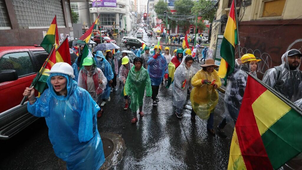 Ciudadanos contrarios al expresidente Evo Morales marchan este domingo en La Paz (Bolivia), el 10 de noviembre del 2019.