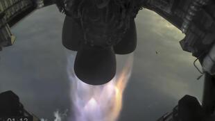 Una imagen tomada de la emisión en directo de SpaceX muestra los tres motores Merlin de la nave espacial Starship SN11 poco después de despegar, el 30 de marzo de 2021 en el cielo del estado de Texas (EEUU)
