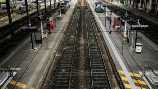 Des passagers sur un quai de la Gare de Lyon à Paris, le 31 mai 2016.