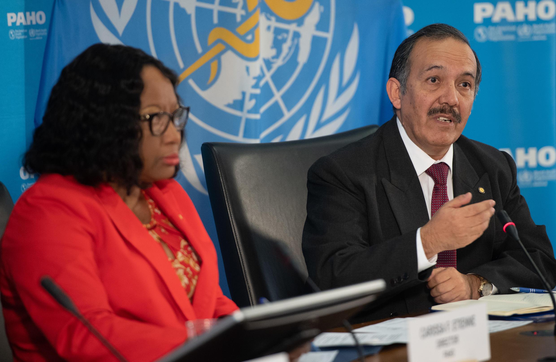 Carissa Etienne (I), directora de la OPS, y Ciro Ugarte (D), director del Departamento de Emergencias Sanitarias de la OPS, en rueda de prensa sobre el Covid-19 en la sede de la OPS en Washington, el 6 de marzo de 2020.