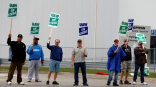 Trabajadores miembros de la UAW protestan frente a la planta General Motors Powertrain Flint Engine en Flint, Michigan, el 16 de septiembre de 2019.