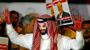 Manifestante con una másara del príncipe heredero saudita durante una protesta frente al consulado de Arabia en Turquía. 25 de octubre de 2018.