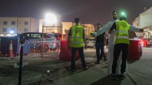 Depuis le début de l'Achoura en Arabie saoudite, des agents de sécurité bénévoles chiites contrôlent les personnes qui entrent dans les lieux de culte.