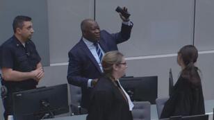Laurent Gbagbo fait un geste de victoire après l'annonce par la CPI du rejet de la demande de maintien en détention, mardi 16janvier2019.