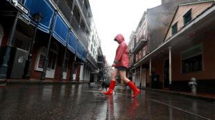 Une femme promène son chien dans le quartier français de la Nouvelle-Orléans alors que la tempête tropicale Cristobal se rapproche des côtes de la Louisiane, le 7 juin 2020.