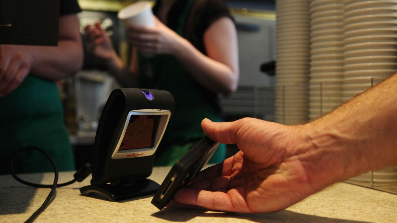 Dans un Starbucks de Los Angeles, un client règle sa consommation avec un iPhone.