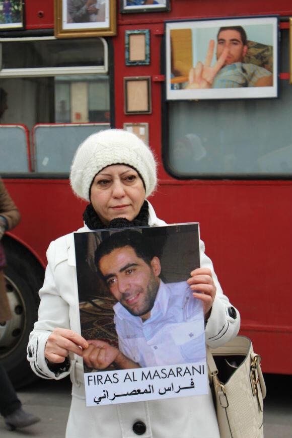 Malak est venue accrocher le portrait de Firas al-Maaslani, arrêté en 2012.