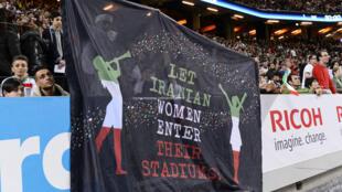 Des militants iraniens brandissent une banderole dans un stade en Suède.